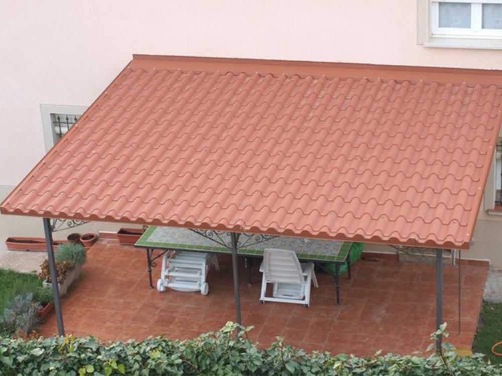 Pérgola bioclimática o techo de panel de teja para cubrir un patio