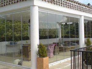 Cerramiento cortina de cristal de un porche de jardín