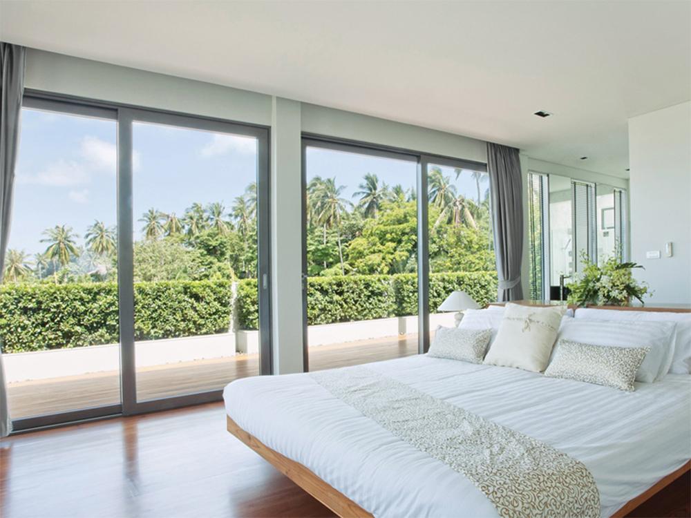 Ventanales de aluminio correderos de acceso a la terraza desde el dormitorio hecho por Alumizear