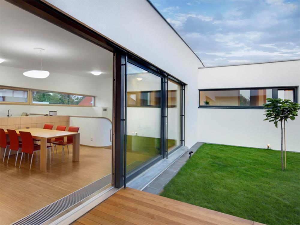 Cerramientos de terrazas con ventanas de aluminio de acceso al jardín